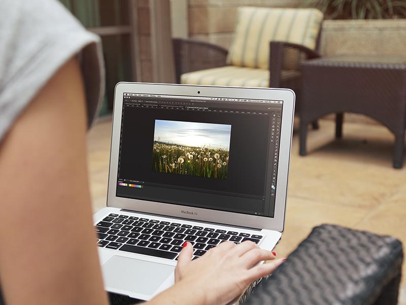 7b08dc5827ab148898d5a0f71728a1c0 - Macbook Mockup (Free PSD)